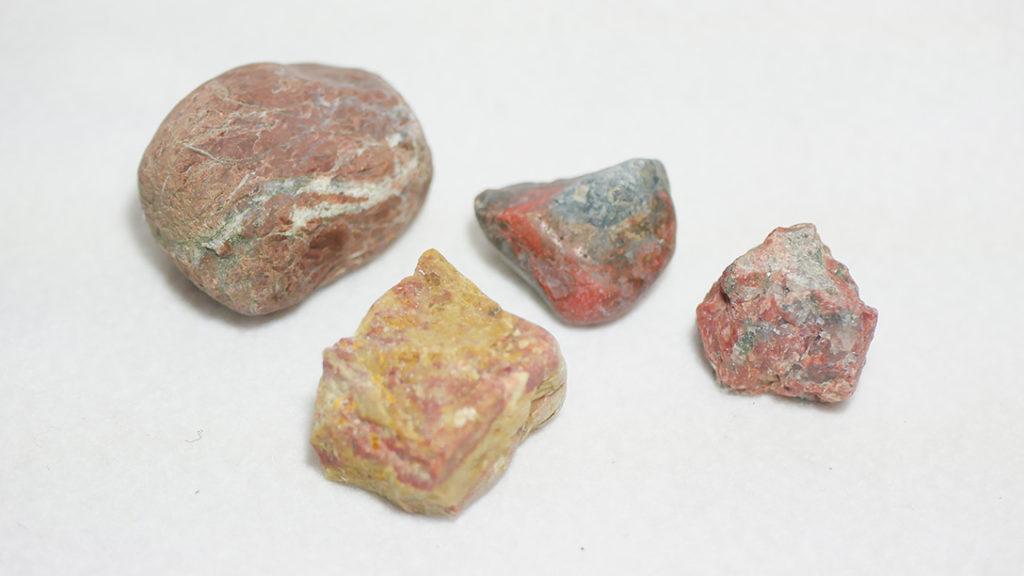 召集された赤い石たち