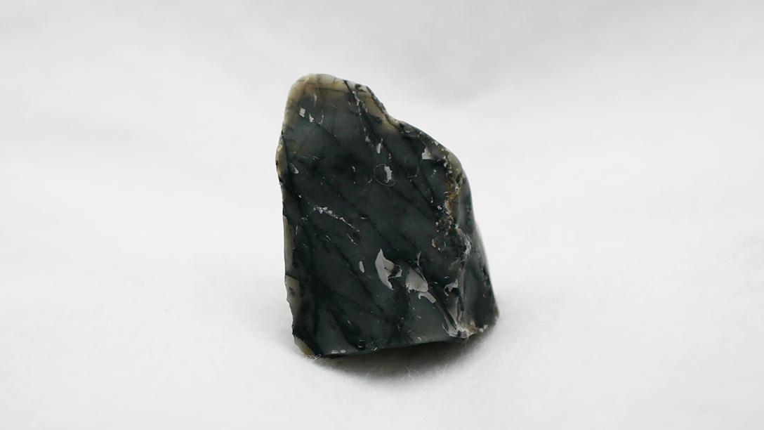 濃いグレー 黒とも言える石