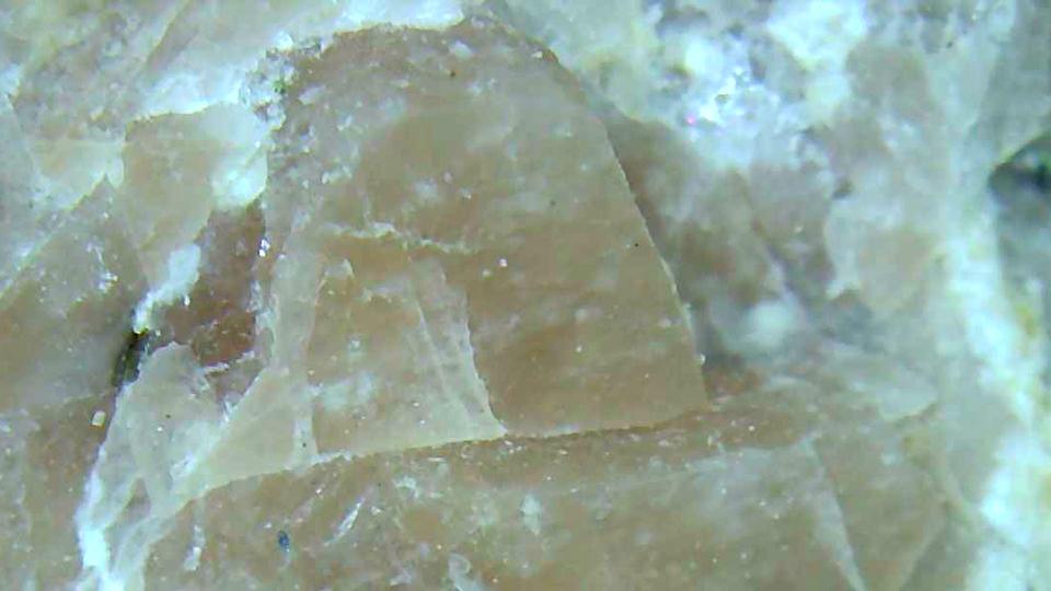 四角くモコモコカリ長石