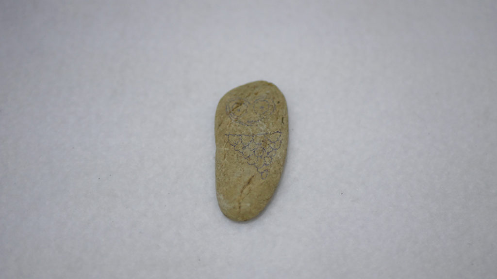鉛筆で石に下書き
