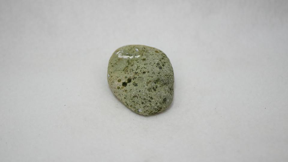 穴ぼこがたくさんあいた緑の石
