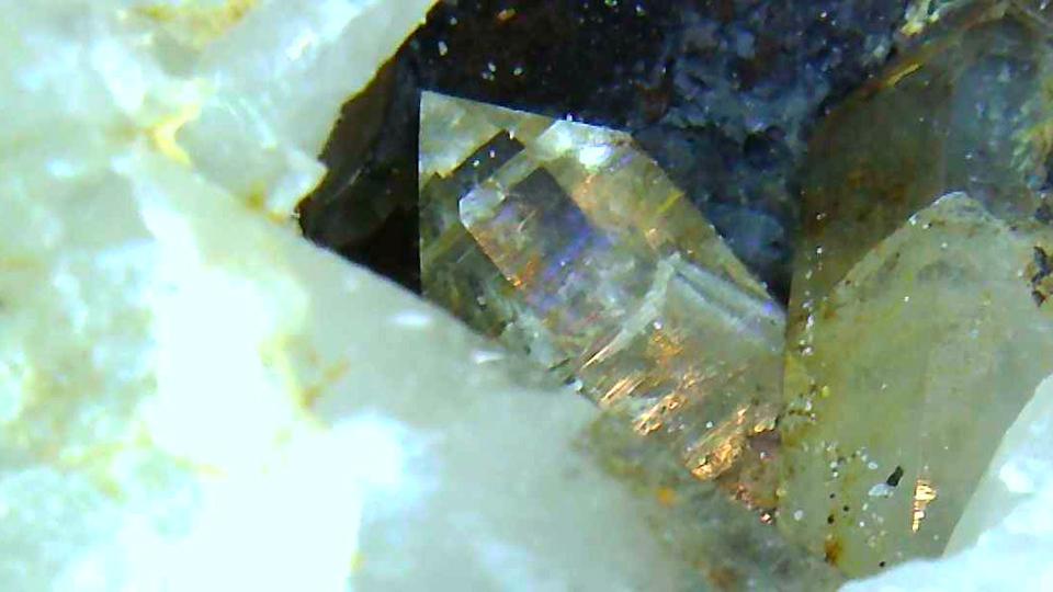 石英の塊の中に小さな水晶が