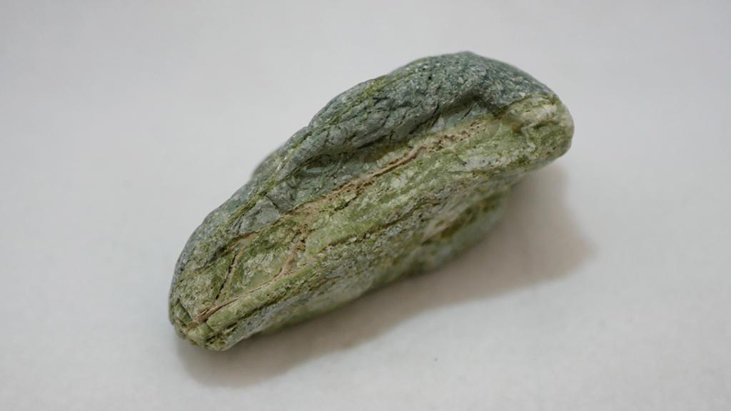 緑の層が美しい石