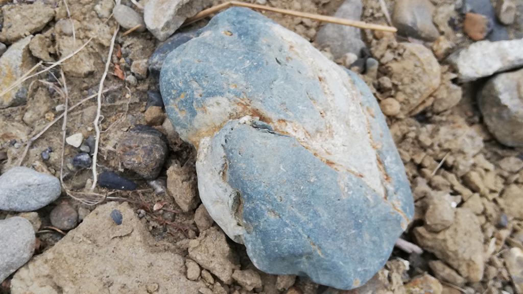 青みがかった石