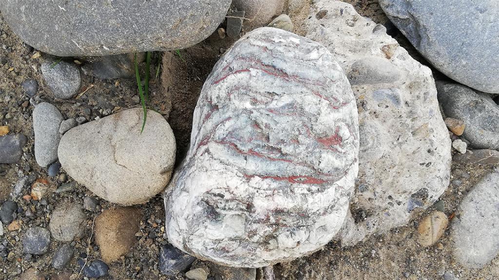 赤い脈がちょっと不気味な石