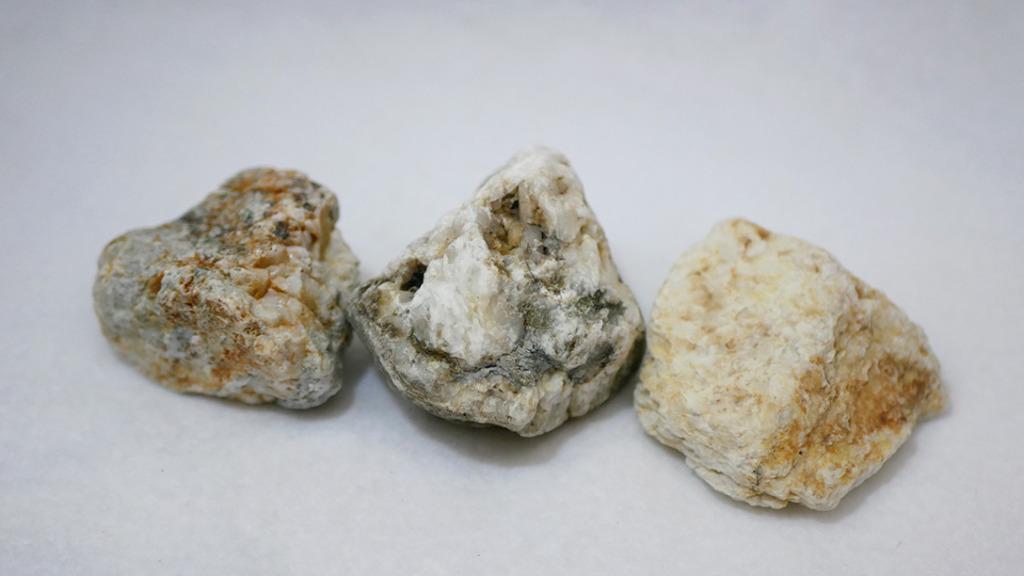 桂川で拾った石英か石灰の塊