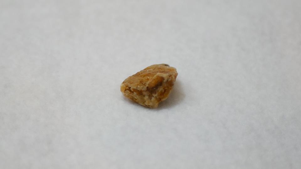 キラキラ光るオレンジ色の石片