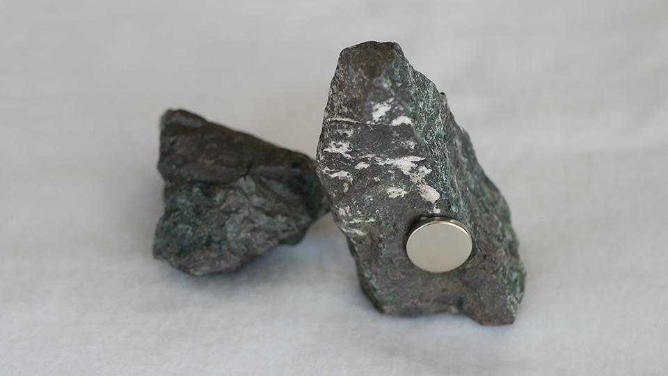 磁石がくっつく蛇紋岩