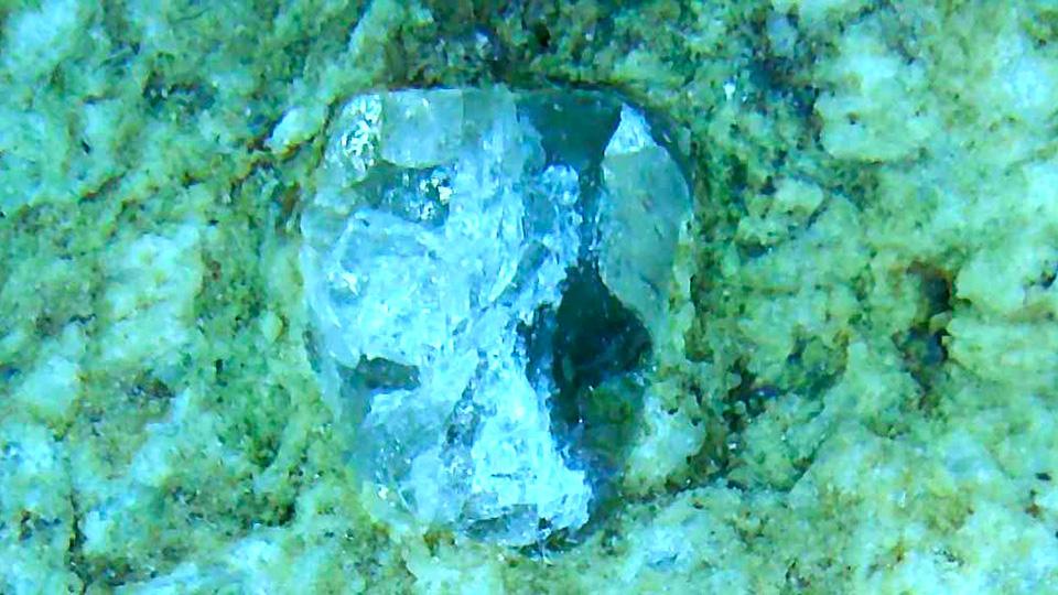 青緑色の石の表面で見つけた小さな結晶