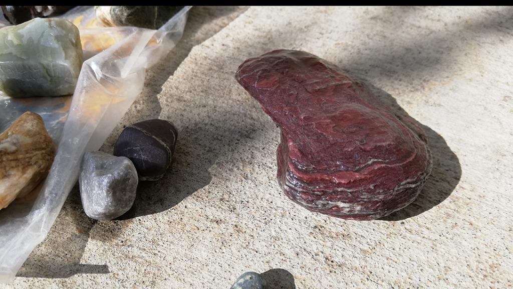 薄く剥がれそうな赤い石