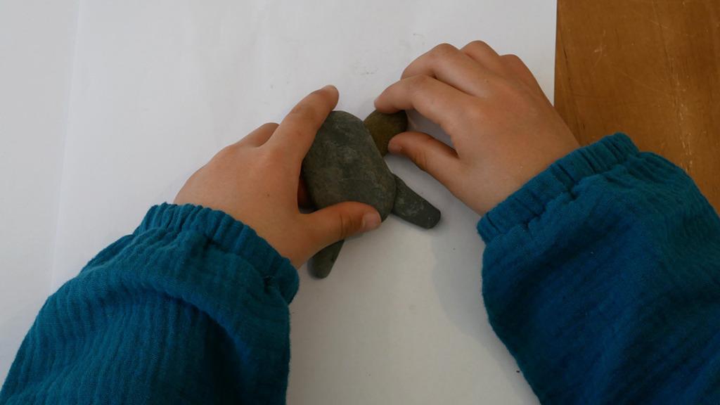 石ころアート(pebble art)をする娘